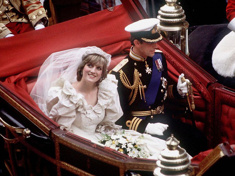 Diana és Károly, mint leendő ifjú pár, hintóval menyegzőjük felé.