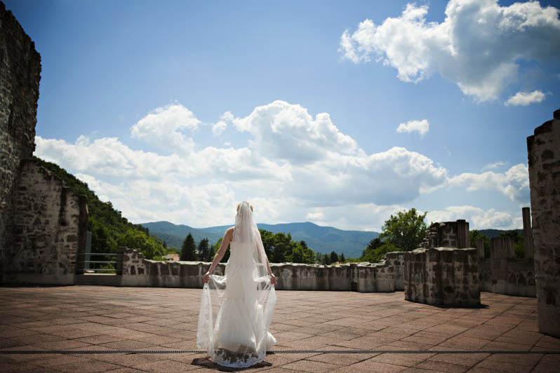 Esküvői_helyszín_Visegrádon_menyasszony_a_Fellegvárban