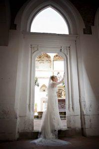 Esküvői_helyszín_a_királyi_palotában_menyasszony_egy_boltív_alatt
