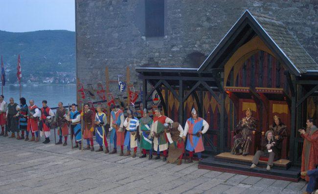 Esküvő_és_lovagi_torna_lovagok_felsorakoznak_a_király_és_a_királyné_előtt