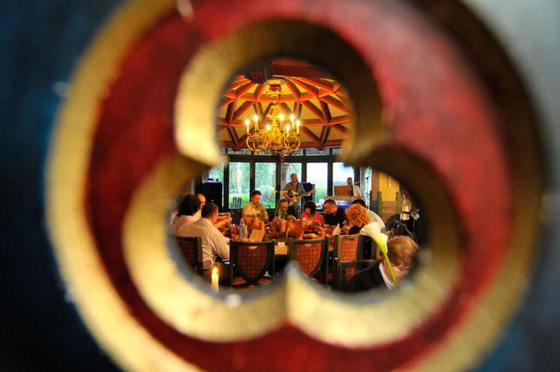 esküvői_lakodalom_a_renaissance_étteremben_kukucskálón_keresztül
