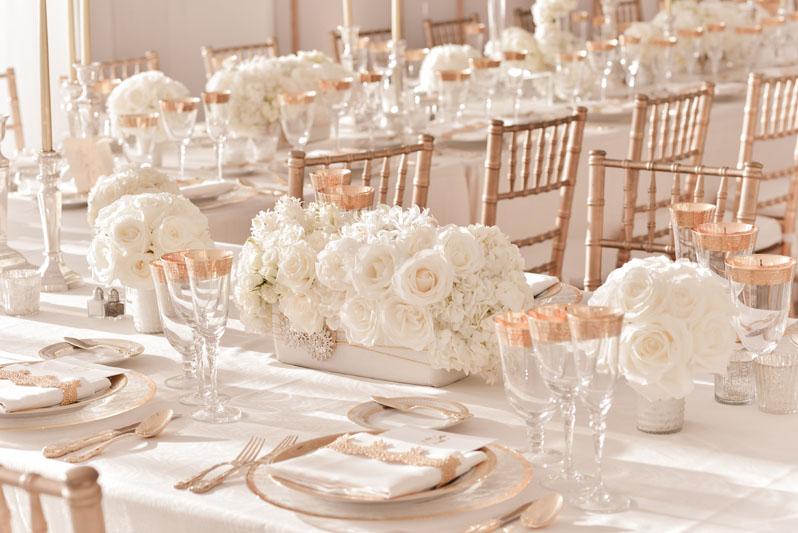 rózsaarany_esküvői_dekoráció_fehér_alapszínnel