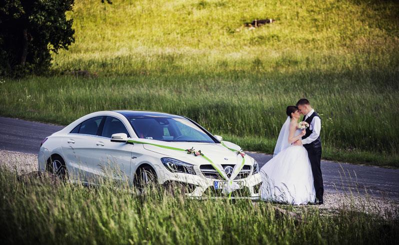 Hófehér mercedes mellett, az esküvő utáni fényképezkedésen.