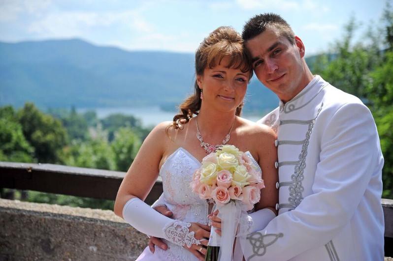 Az ifjú házaspár a Salamon-torony dunai panorámás teraszán