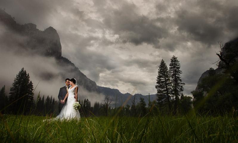Az ifjú pár hatalmas viharfelhők alatt egy hegy lábánál