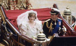 Károly herceg és Diana esküvőjükön a kocsiból integetnek