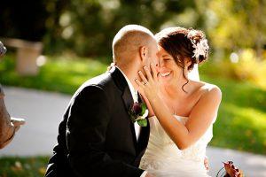 Mosolygós menyasszony és vőlegény
