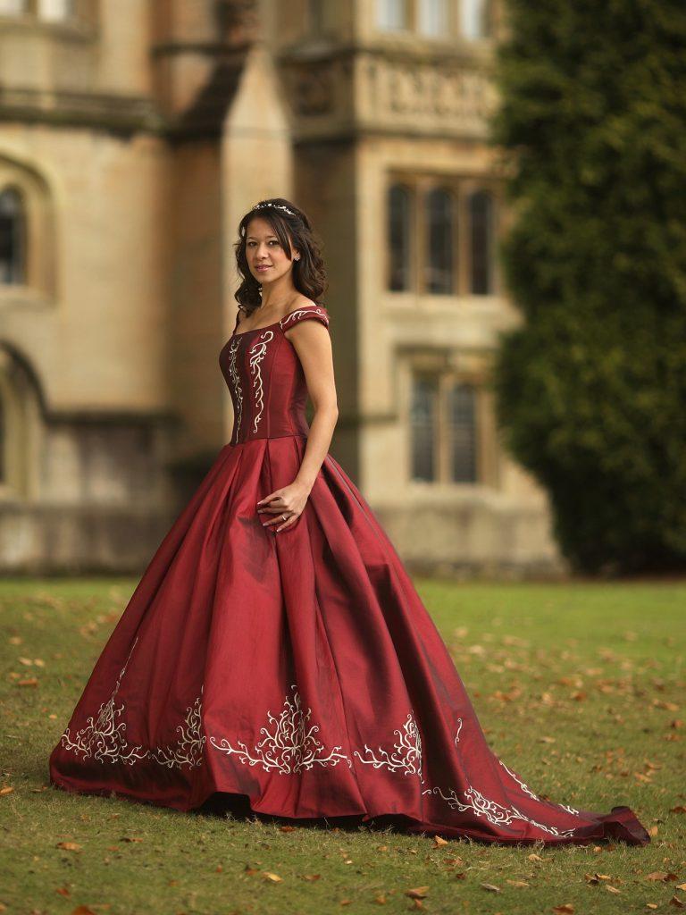 piros esküvői ruha