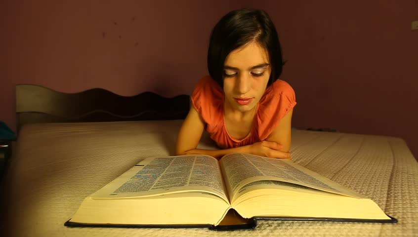 nő olvas egy