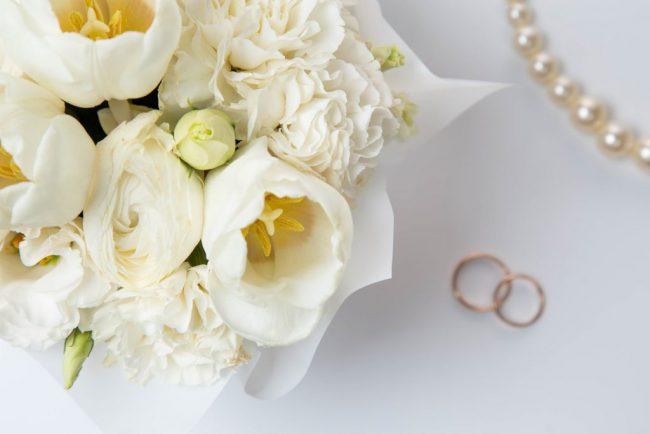 virágba borult esküvő