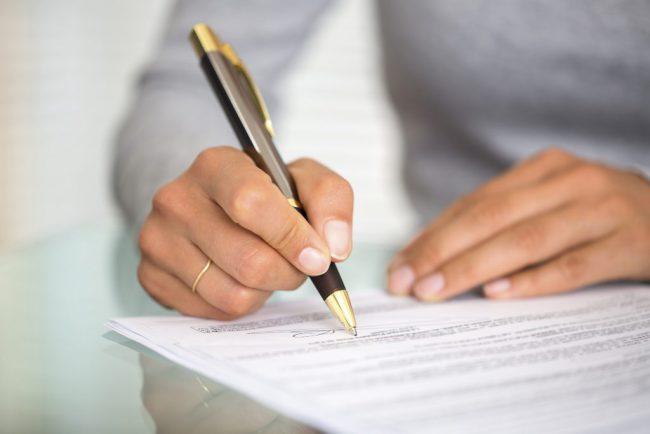 esküvőn aláíró kéz
